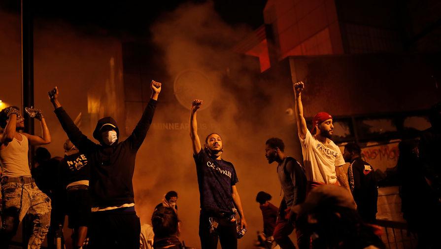 Протестующие около горящего полицейского участка во время беспорядков в Миннеаполисе, 28 мая 2020 года