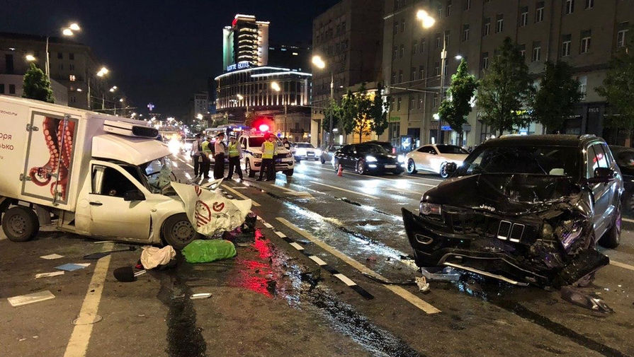 Место автомобильной аварии с участием актера Михаила Ефремова на Смоленской площади в Москве, 9 августа 2020 года