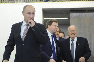 Владимир Путин и Йозеф Блаттер (справа) в январе 2012 года на встрече с болельщиками в Санкт-Петербурге