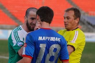 Игрок «Ангушта» Аслан Дашаев хватает за лицо футболиста «Енисея» Кирилла Марущака