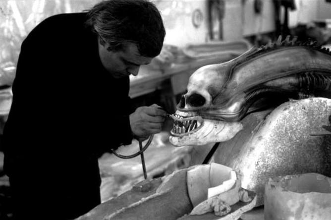 Ганс Рудольф Гигер во время работы над декорациями к фильму «Чужие»