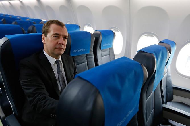 Дмитрий Медведев в салоне самолета авиакомпании «Добролет» перед первым рейсом в Симферополь в аэропорту Шереметьево