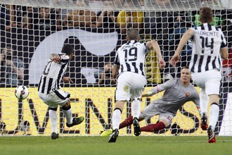 Два пенальти Карлоса Тевеса помогли «Ювентусу» одержать победу над «Ромой» в чемпионате Италии по футболу