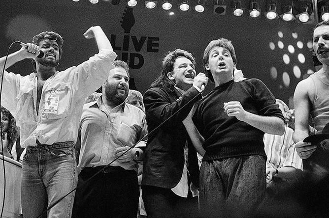 Джордж Майкл, концертный промоутер Харви Голдсмит, Боно, Пол Маккартни и Фредди Меркьюри выступают на благотворительном концерте, 1985 год