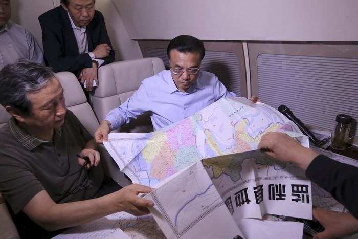 Премьер-министр Китая Ли Кэцян на месте крушения судна