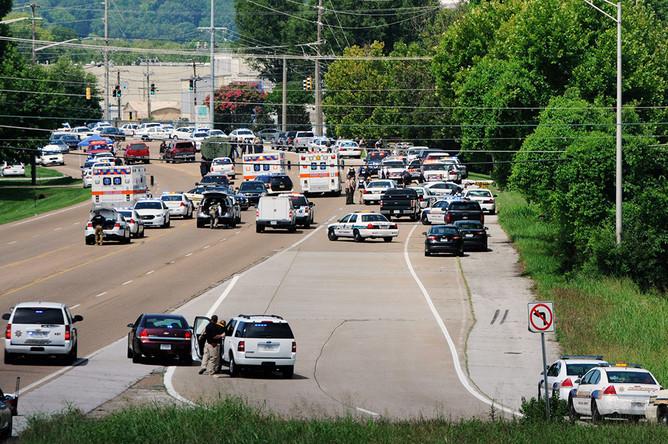 Десятки полицейских и аварийных транспортных средств после утренней стрельбы в районе Центра военно-морского резерва, штат Теннесси, США
