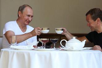 Владимир Путин и Дмитрий Медведев пьют чай в резиденции «Бочаров Ручей» в Сочи