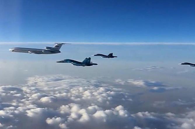 Первая группа российских самолетов в составе Ту-154 и многофункциональных бомбардировщиков Су-34 во время перелета с авиабазы Хмеймим в пункты постоянного базирования на территории России