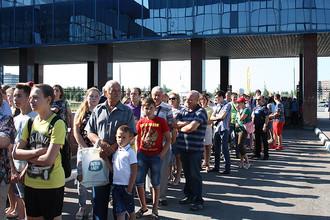 Рабочие «АвтоВАЗа», их родственники и жители Тольятти стоят в очереди, чтобы попасть в цех