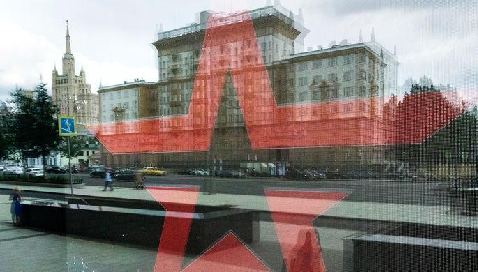 Отражение здание посольства США в окне магазина Армии России в центре Москвы, август 2017 года