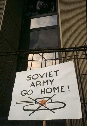 Плакат «Советская Армия, отправляйся домой!» на здании в Вильнюсе, 13 января 1991 года