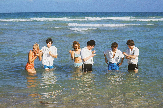 Участники The Beatles на пляже в Майами. Слева направо: Пол Маккартни, Джон Леннон, Ринго Старр и Джордж Харрисон. 1964 год