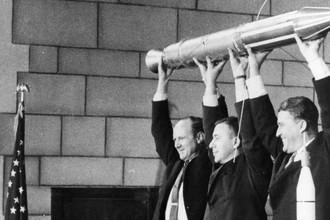 Создатели спутника «Эксплорер-1» с полноразмерной моделью во время пресс-конференции в день запуска, 31 января 2018 года