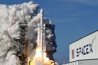 Ракета-носитель Falcon Heavy компании Илона Маска SpaceX во время запуска с мыса Канаверал во Флориде