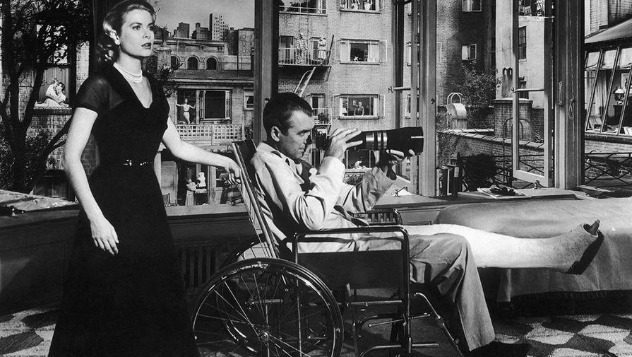 Кадр из фильма «ÐžÐºÐ½Ð¾ во двор» (1954)