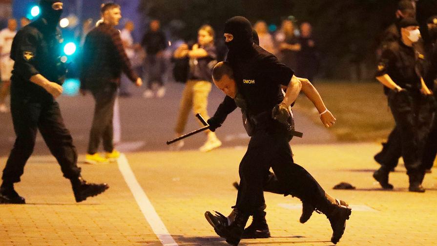 Задержание мужчины сотрудниками силовых структур во время акций протеста в Минске в ночь после выборов президента Белоруссии, 9 августа 2020 года