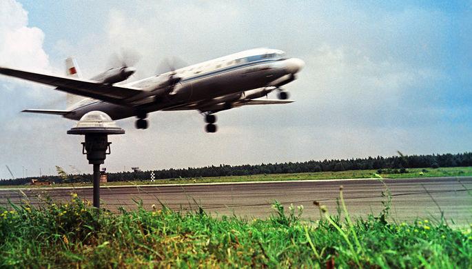 Самолет Ил-18 в аэропорту Внуково, 1966 год