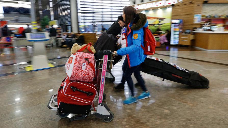 Пассажиры в аэропорту Сочи, 2014 год