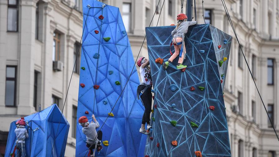 Дети на скалодромах во время празднования Дня города