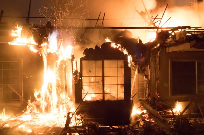 Отель Hilton во время лесного пожара в городе Санта-Роза, Калифорния, 10 октября 2017 года
