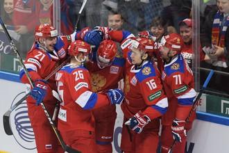 Хоккеисты сборной России празднуют вторую заброшенную шайбу в ворота команды Канады в матче Кубка Первого канала