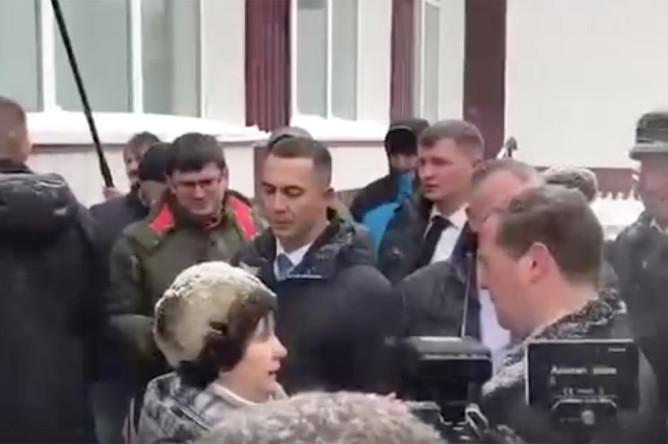 Женщина упала на колени перед премьер-министром России Дмитрием Медведевым, 13 ноября 2019 года