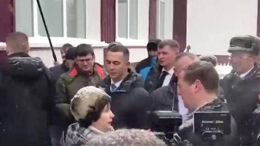 СК проверит жалобу упавшей на колени перед Медведевым пенсионерки