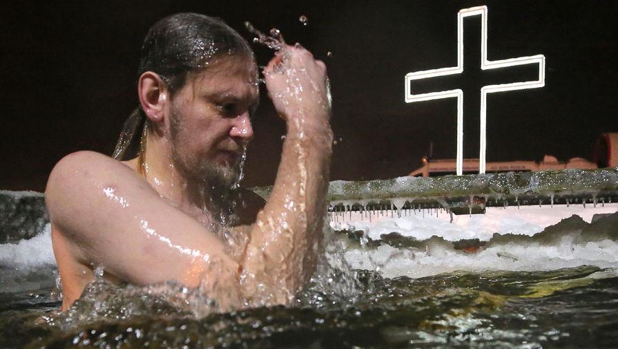 Во время крещенских купаний в купели Свято-Троицкого собора на реке Ижоре в Колпино, Санкт-Петербург, 18 января 2021 года