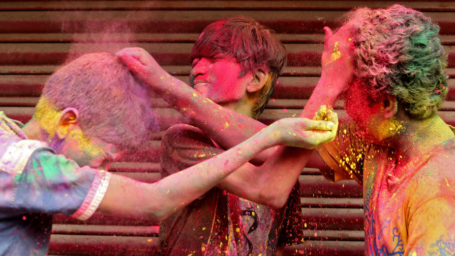 Празднование Холи в Ченнаи, Индия, 29 марта 2021 года