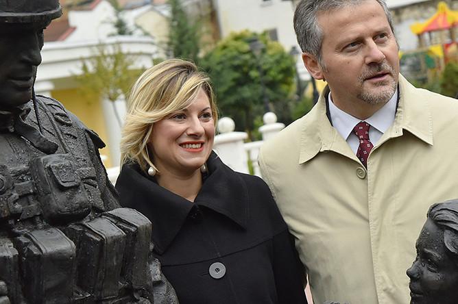 Депутаты региональных советов и представители делового сообщества Италии фотографируются у памятника «вежливым людям» в Симферополе