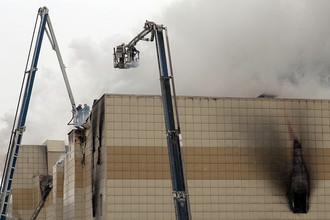 Сотрудники пожарной охраны МЧС борются с пожаром в торговом центре «Зимняя вишня» в Кемерове, 25 марта 2018 года