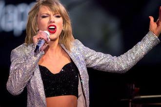 Певица Тейлор Свифт во время выступления, 2016 год