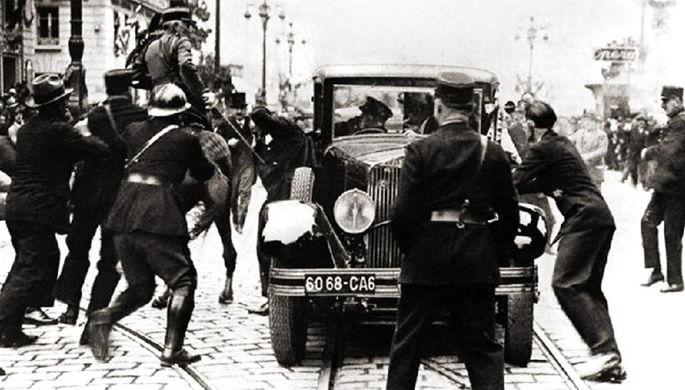 В первые секунды после выстрелов (видно как шофёр Фуссак тянет в сторону убийцу, а к машине бежит министр Евтич)