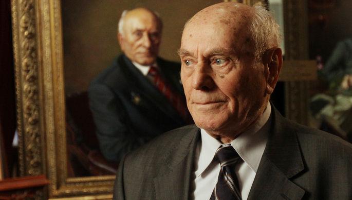 Герой Советского Союза Алексей Ботян у своего портрета, 2012 год