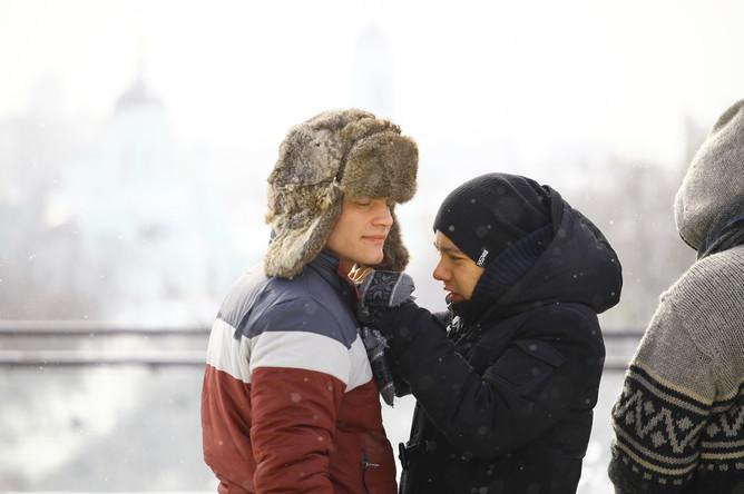 Актеру Евгению Ткачуку вешают петличку