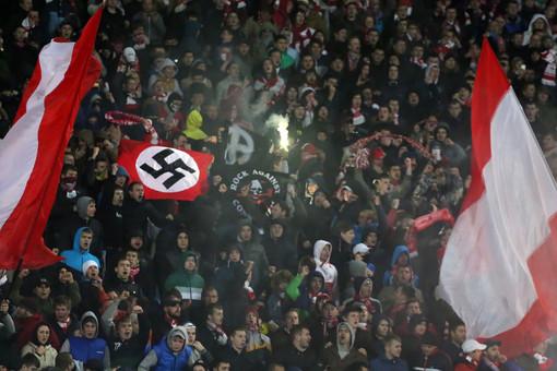 Болельщик, вывесивший флаг со свастикой на кубковом матче «Шинник» — «Спартак», получил наказание в виде семи суток административного ареста. Им оказался житель Владимирской области 1989 года рождения.