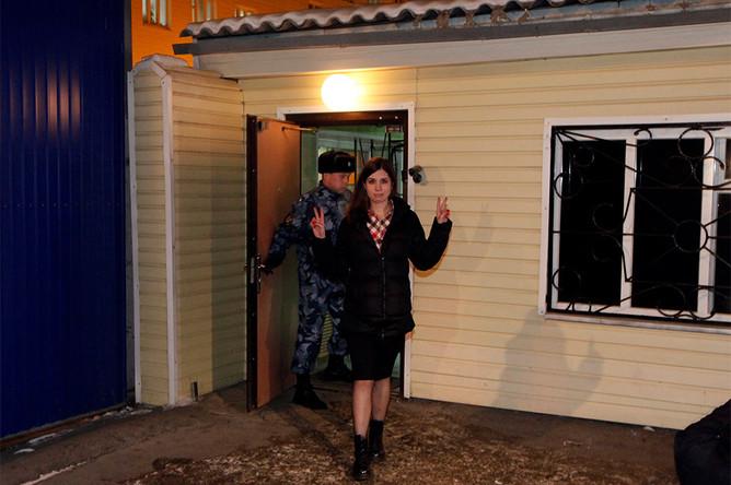 Амнистированная участница группы Pussy Riot Надежда Толоконникова у ворот Красноярской краевой туберкулезной больницы №1