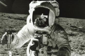 Астронавт Алан Бин держит контейнер с лунным грунтом. Ноябрь 1969 года