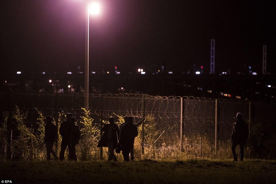 Мигранты штурмуют ж/д терминал в Кале