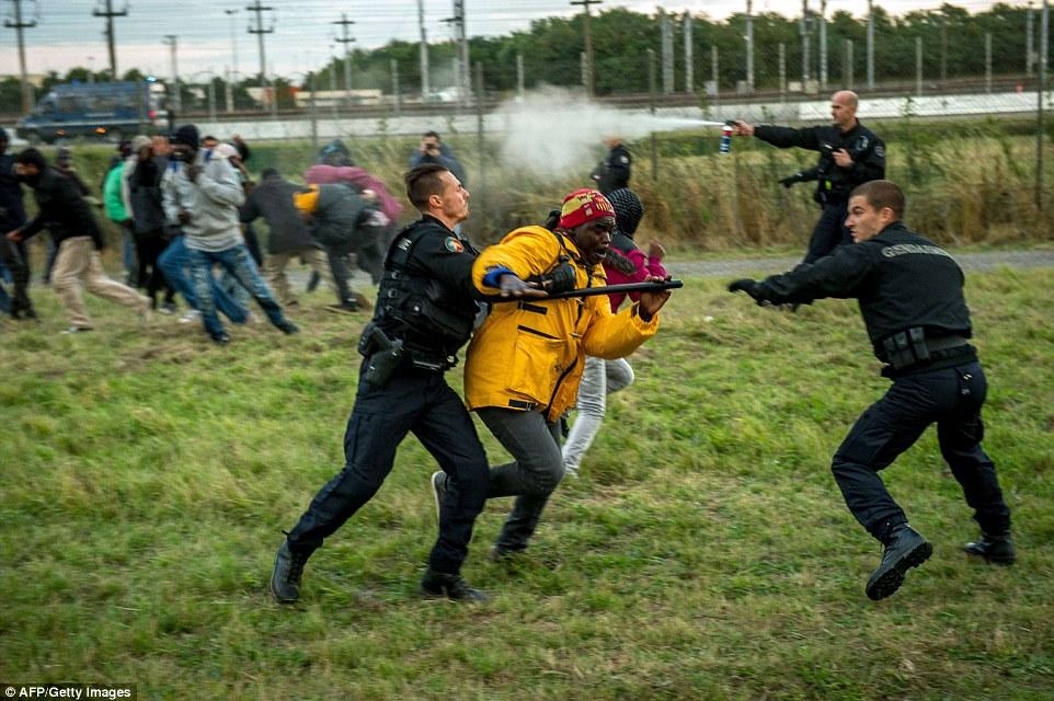 Борьба полицейских с мигрантами