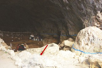 Мезмайская пещера. Красной стрелкой обозначен участок, на котором был обнаружен скелет новорожденного неандертальца.
