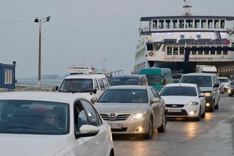Выезд автомашин с парома «Гликофилоуса» в порту «Крым» на Керченском проливе, 13 марта 2017 года