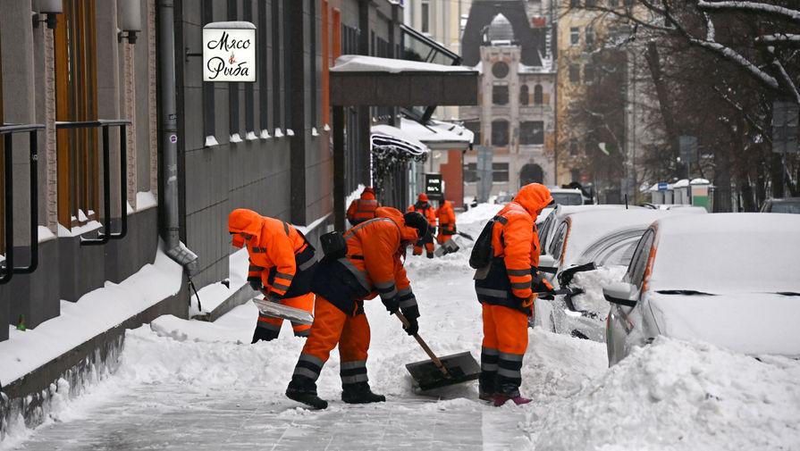 Сотрудники коммунальной службы убирают снег в центре столицы, 13 февраля 2021 года