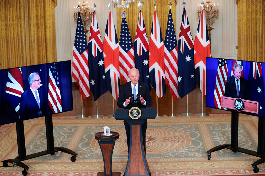 Президент США Джо Байден, премьер-министр Австралии Скотт Моррисон (слева) и премьер-министр Великобритании Борис Джонсон (справа) объявили осоздании военного альянса AUKUS, 15 сентября 2021 года