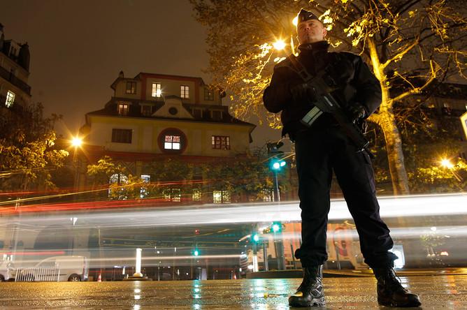 Полицейский возле концертного зала «Батаклан» в Париже перед началом концерта британского певца Стинга