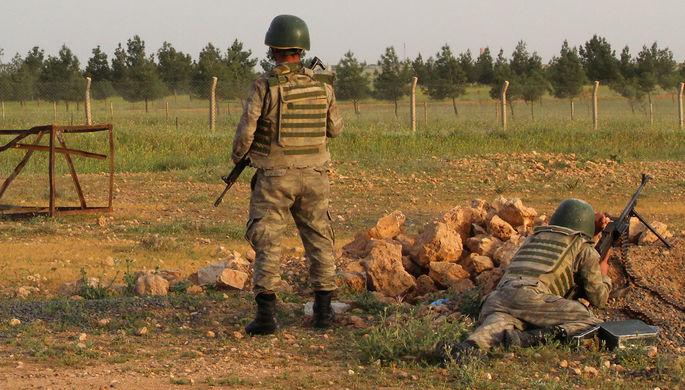 Турецкие военные на посту в приграничном городе Акчакале на турецко-сирийской границе в провинции Шанлыурфа, Турция, 27 апреля 2017 года