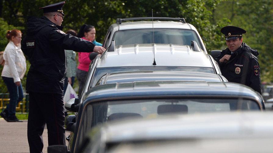 Сотрудники полиции у жилого дома, где сотрудники ФСБ РФ задержали членов террористической группы, входящей в запрещенную в России организацию «Исламское государство»