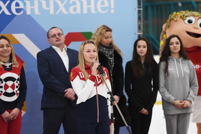 Российская гимнастка Дарья Спиридонова (в центре) на торжественных проводах фигуристок Евгении Медведевой и Алины Загитовой