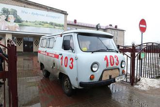 Машина скорой помощи у здания средней школы №2 в Столбцах, 11 февраля 2019 года