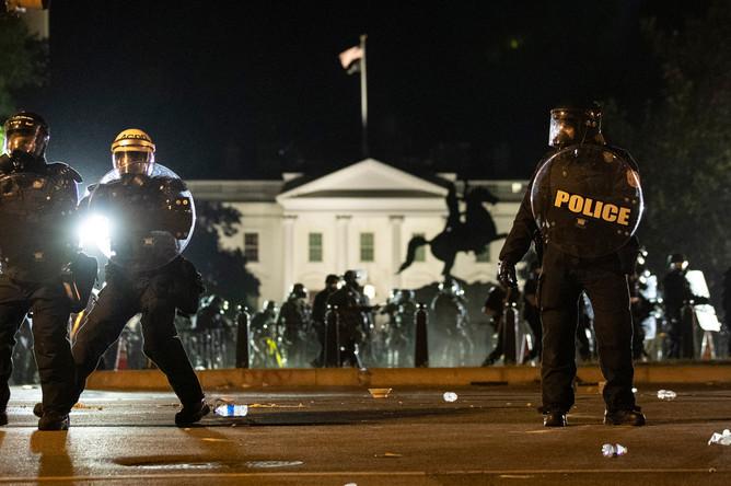 Полиция охраняет территорию Белого дома в Вашингтоне от протестующих, 1 июня 2020 года